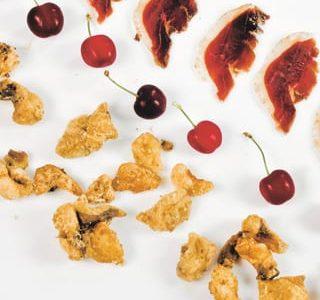 Ciccioli d'oca, petto affumicato e ciliegie