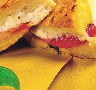 Mozzarella in carrozza dolce con ricotta fragole, pepe e basilico