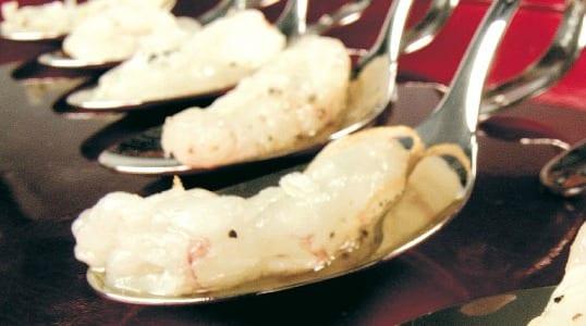 Cucchiai di scampi con sale all'arancia e zenzero fresco