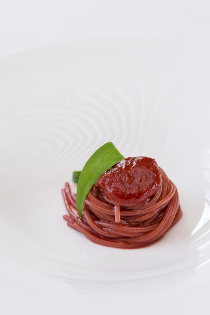 Antonia Klugmann Spaghetti fragola e aglio orsino. Mattia Mionetto Photography.