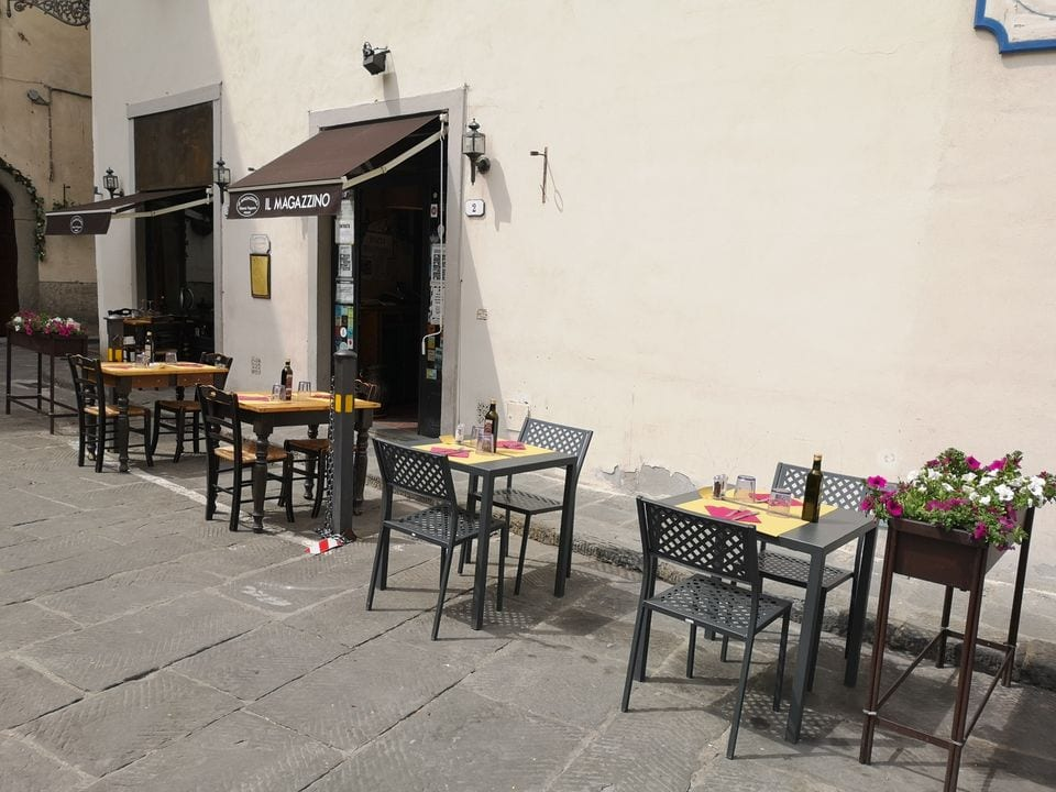 Tavoli in piazza per il Magazzino a Firenze