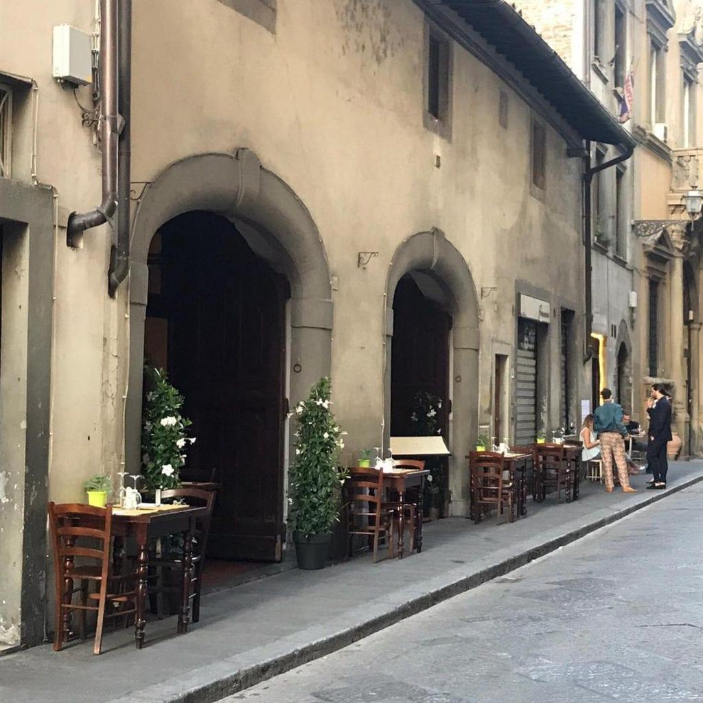 Tavoli all'esterno del Santo Bevitore a Firenze