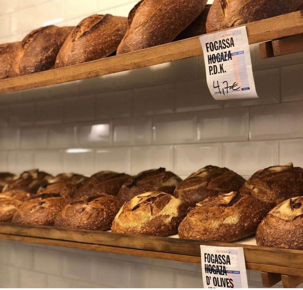 Scaffale con pane