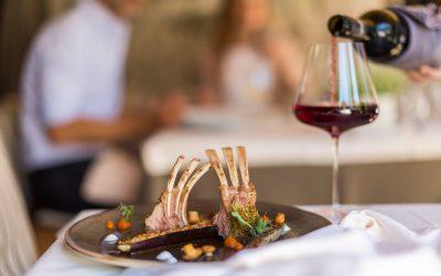 Carrè di agnello al tavolo di un ristorante