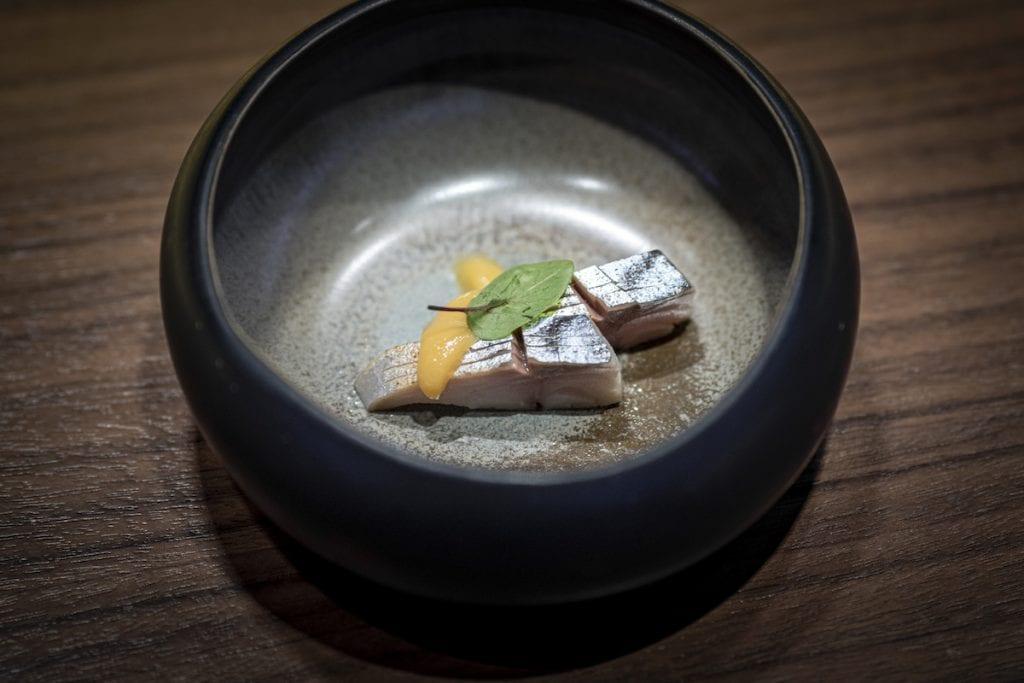 Umi Amuse bouche - saba, yuzu miso e shiso cres sgombro marinato in aceto di riso con miso allo yuzu