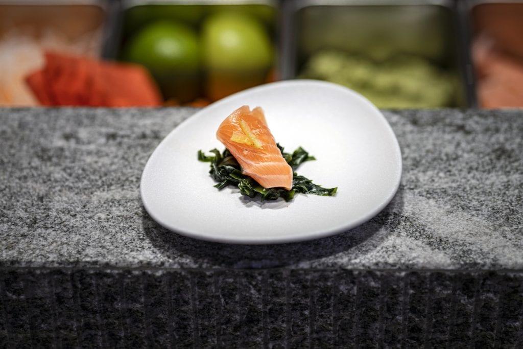 Umi Amuse bouche - salmone, alga wakame e Yuba croccante taglio sashimi del salmone con insalata di alghe condita con ponzu