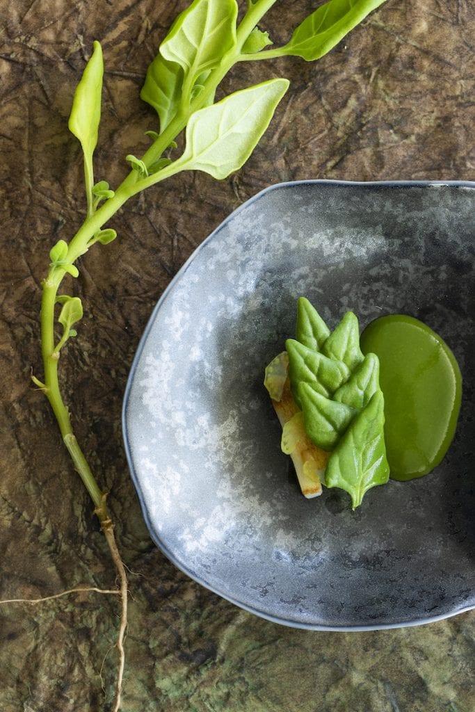 Un piatto del menu Foglie del Mirazur Foto Matteo Carassale