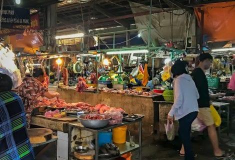 Tra i banchi di un wet market