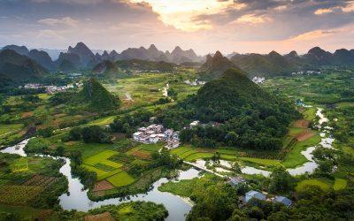 Area rurale con risaie in Cina