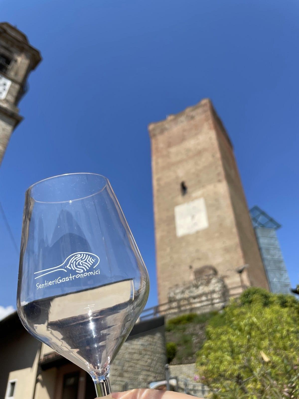 Calice di vino sotto la Torre di Barbaresco