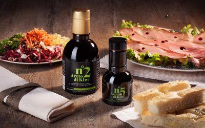 Bottiglie di aceto di kiwi in tavola