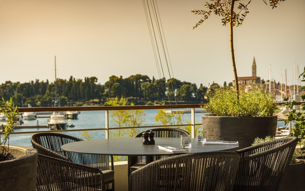 Tavolo con vista sulla marina di Rovigno