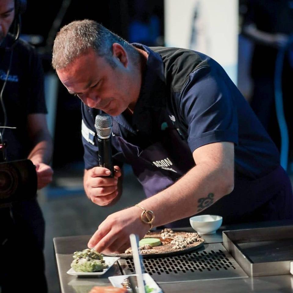 Chef Angel León durante il congresso gastronomico spagnolo Encuentro de los mares
