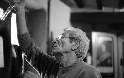 Adriano Grosoli in acetaia mentre controlla una botte. Foto in bianco e nero