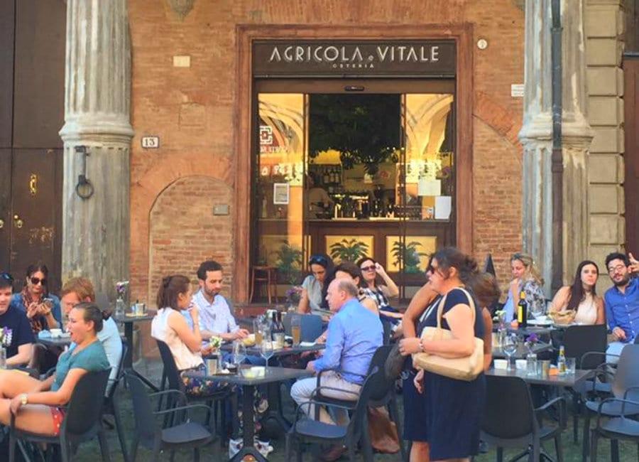 Il dehors di Agricola e Vitale, in Piazza Santo Stefano