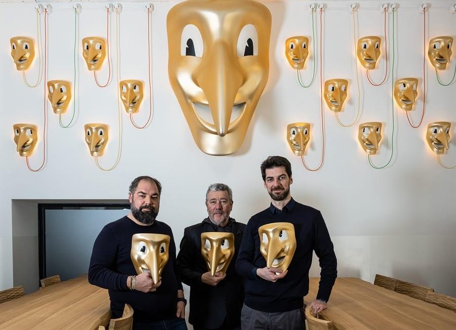 Raf e Max Alajmo con Philippe Starck da Amor, con maschera veneziana in mano