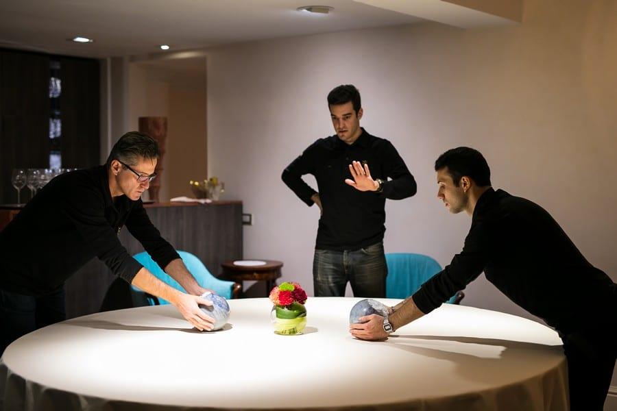 I ragazzi della sala preparano i tavoli per il servizio all'Enoteca Pinchiorri di Firenze