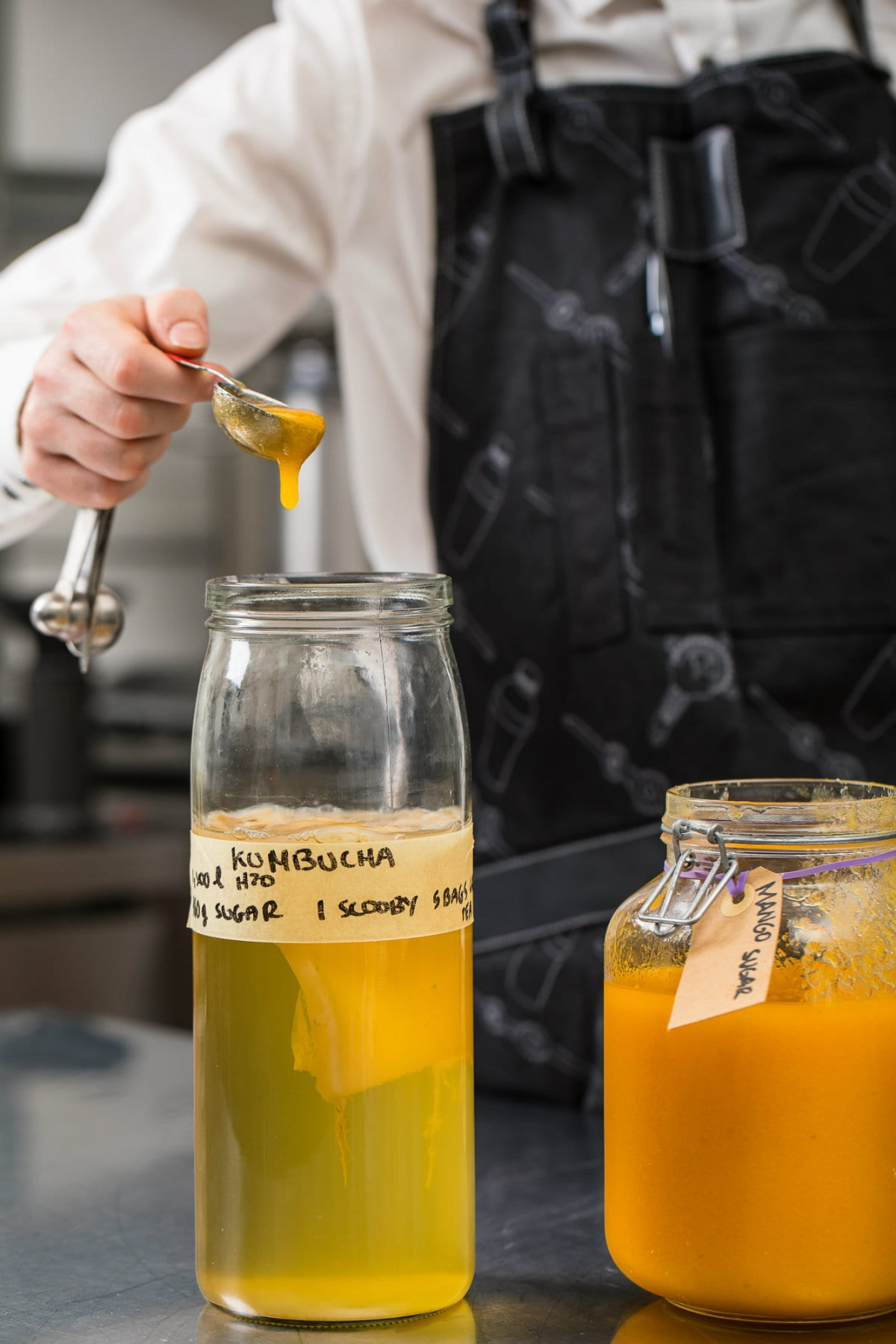 Mango Konbucia che verrà servito da Latta, Distillatore che verrà utilizzato nel laboratorio a vista di Latta, Il pub moderno che propone cocktail, fermentati e birre in lattina