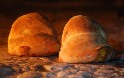 Due pagnotte di Altamura nel forno in pietra