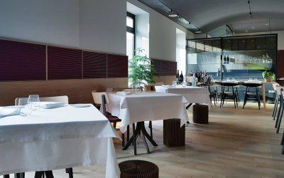 Tre tavoli della sala di Altrimenti a Milano