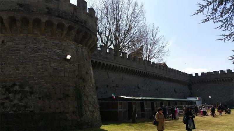 Le stalle sotto le mura delle torri di guardia