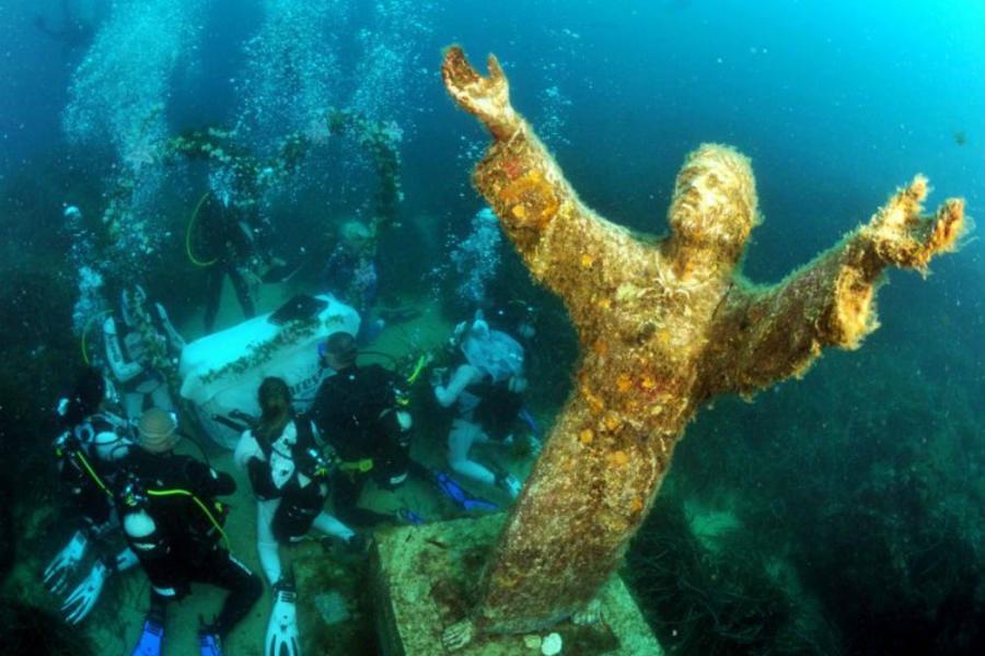 Matrimoni subacquei, il Cristo sommerso - foto di Latina Today