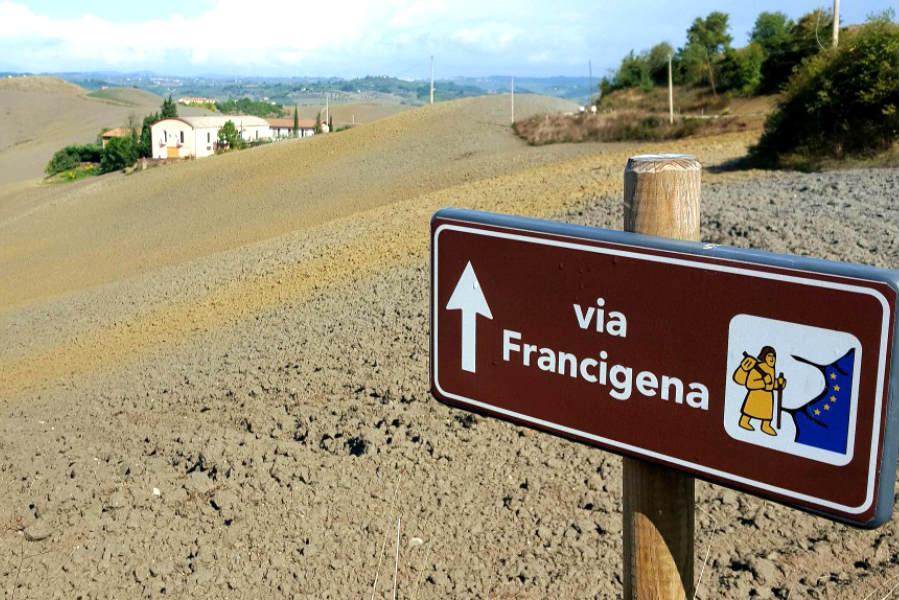 Da Vercelli a Robbio, cartello di indicazioni sulla via Francigena