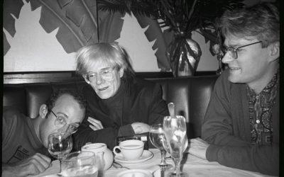 Foto in bianco e nero di Andy Warhol e Keith Haring a tavola