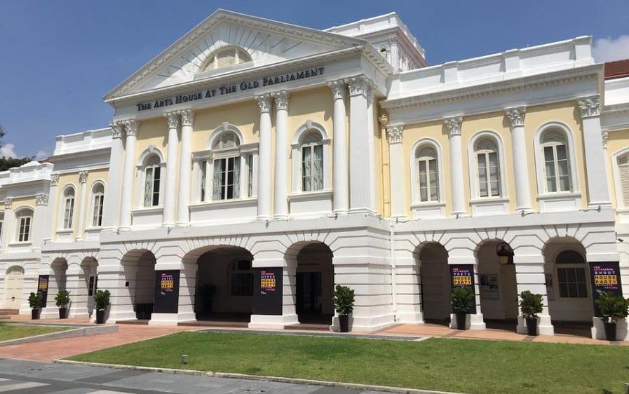The Arts House a Singapore, la facciata bianca in stile neoclassico, vista dal prato antistante