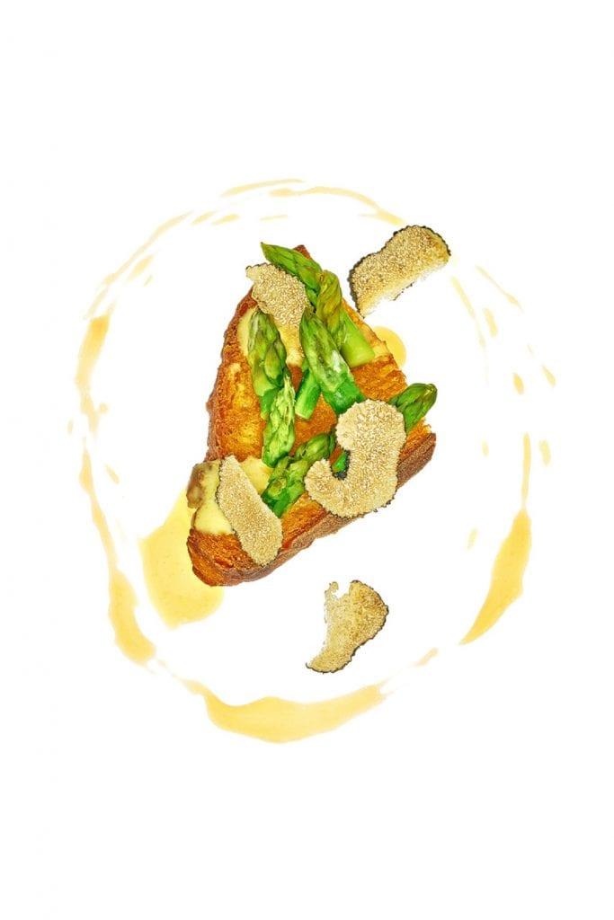 Crock. ricetta di igles corelli con pane croccante asparagi e tartufo nero