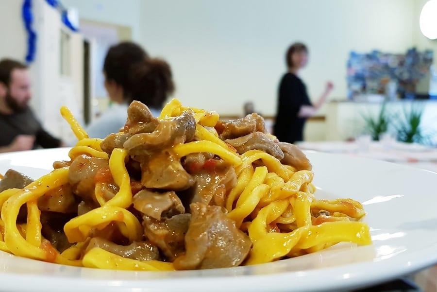 un piatto di fettuccine da Avvolgibile a Roma