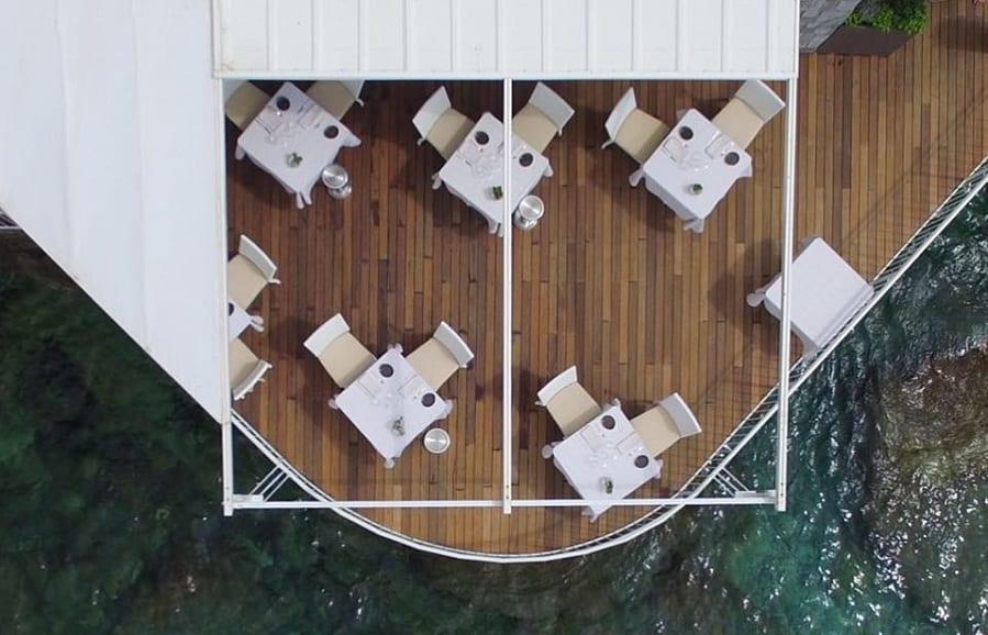 I tavoli in terrazza a picco sul mare di Balzi Rossi