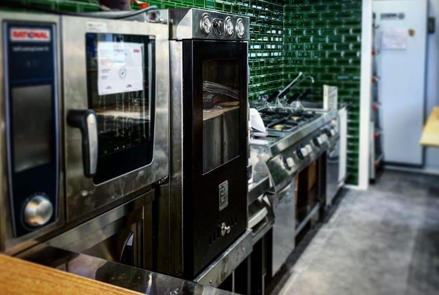 Banco_12, la cucina con le piastrelle verdi