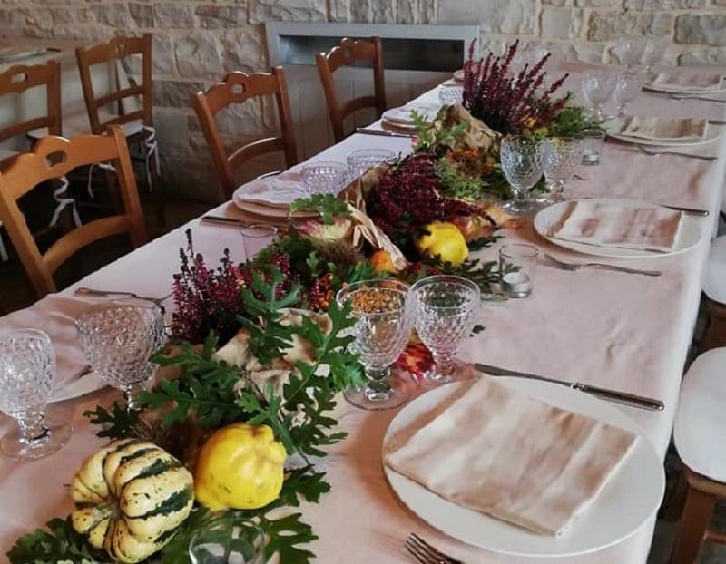 Il tavolo apparecchiato della Masseria Barbera, con centrotavola di zucche