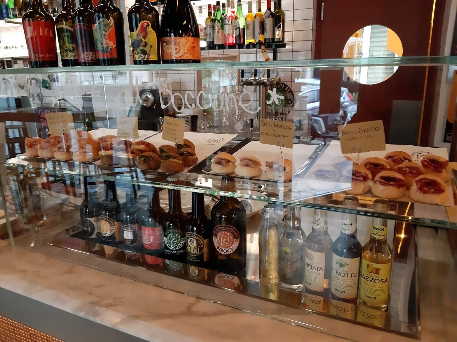 La vetrina di birre e panini del Birrificio Italiano