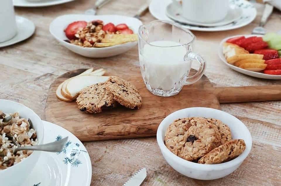 Biscotti con granola e pasta di datteri