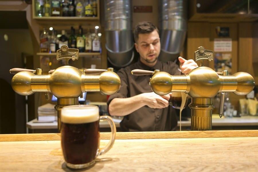 Mescita_di_birra_scura_nel_ristorante_bistrot_Plaudit_a_Turnov.
