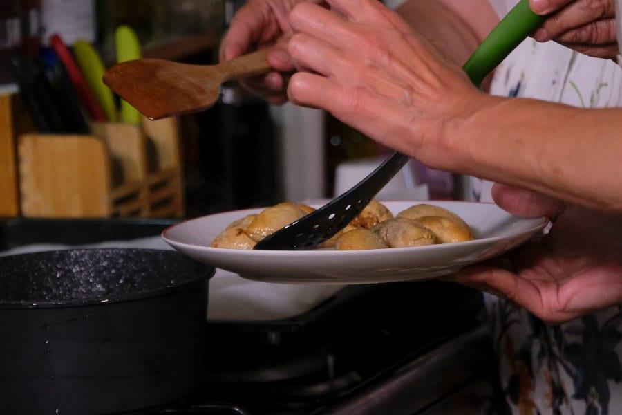 Laura Ravaioli prepara le borekitas, deliziosi fagottini dolci israeliani
