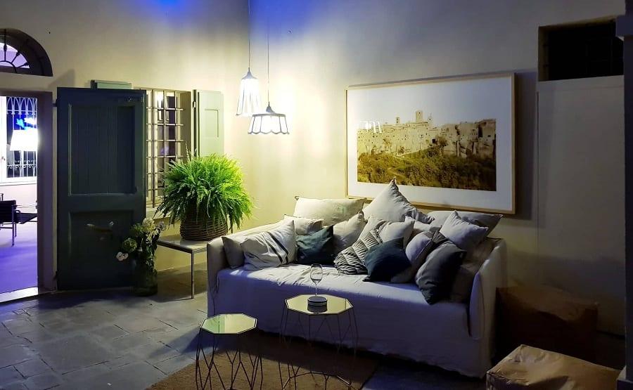 Lo spazio comune, con divano grigio di Maria Luigia