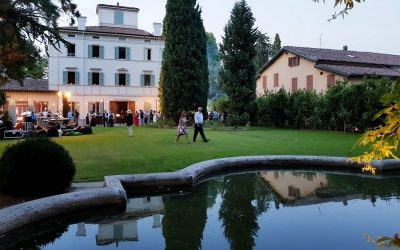 La fontana e il giardino di Maria Luigia, con la casa padronale sullo sfondo e due cipressi
