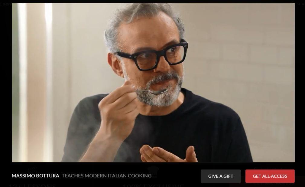Videoricette di Massimo Bottura: lo chef assaggia con un cucchiaio