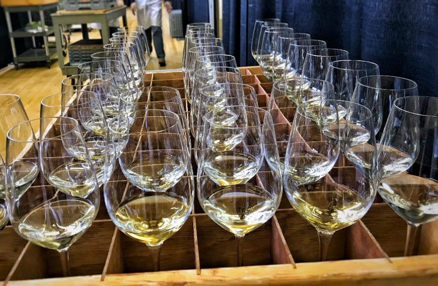 calici con vino bianco