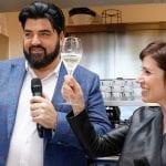 Antonino Cannavacciuolo brinda con la responsabile dell'outlet di Vicolungo