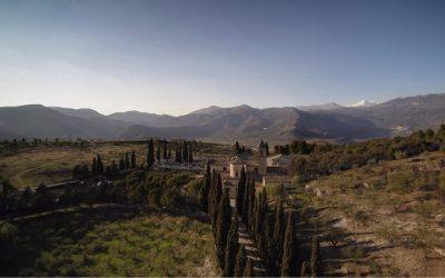 Il convento di Capestrano, in Abruzzo, visto dall'alto, con le montagne intorno