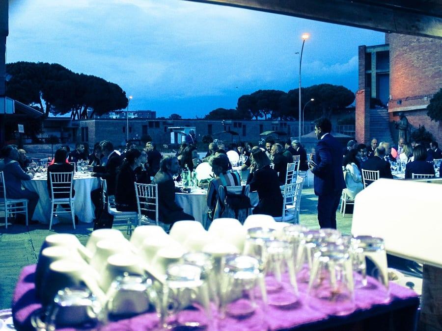 Bicchieri pronti per il servizio sul tavolo dell'Osteria degli Uccelli in gabbia. Sullo sfondo i tavoli pieni di commensali