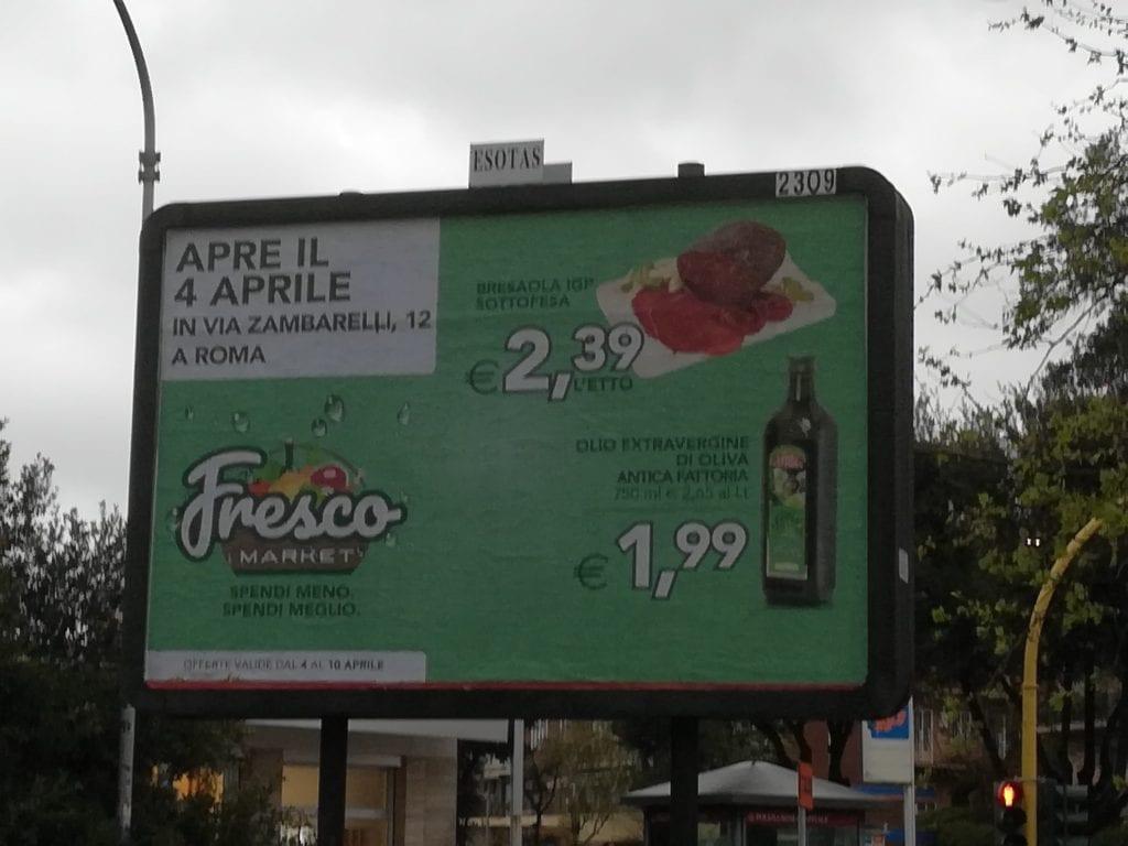 Un cartelo pubblicitario pubblicizza un olio a 1,99 euro
