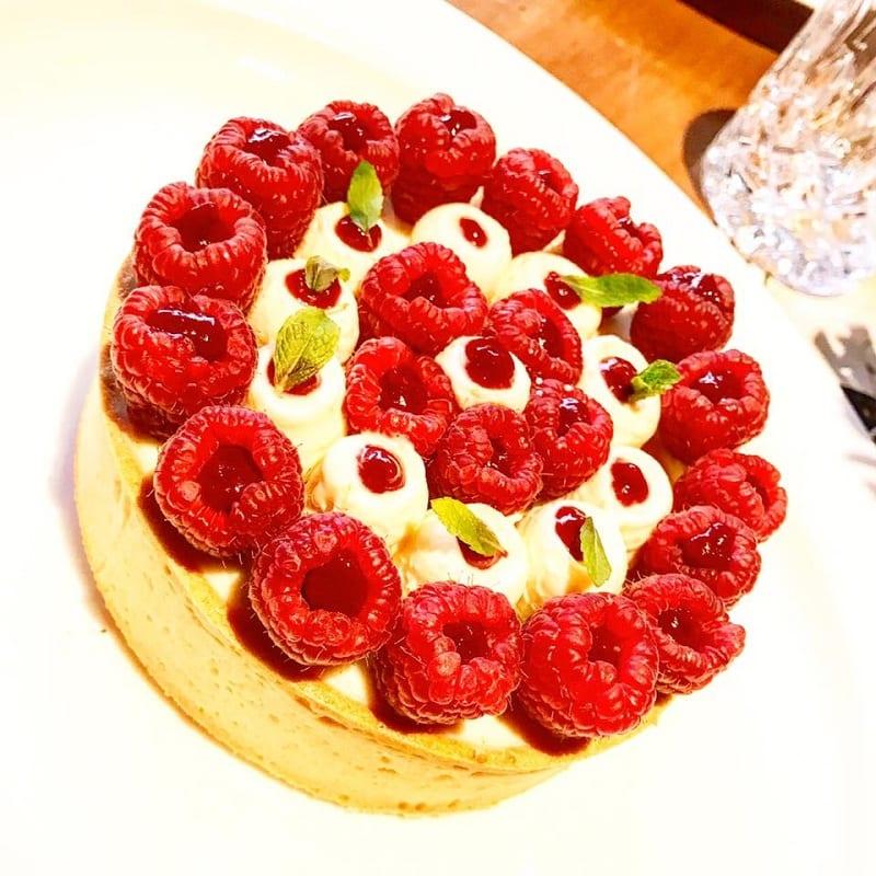 torta di cioccolato bianco e lamponi