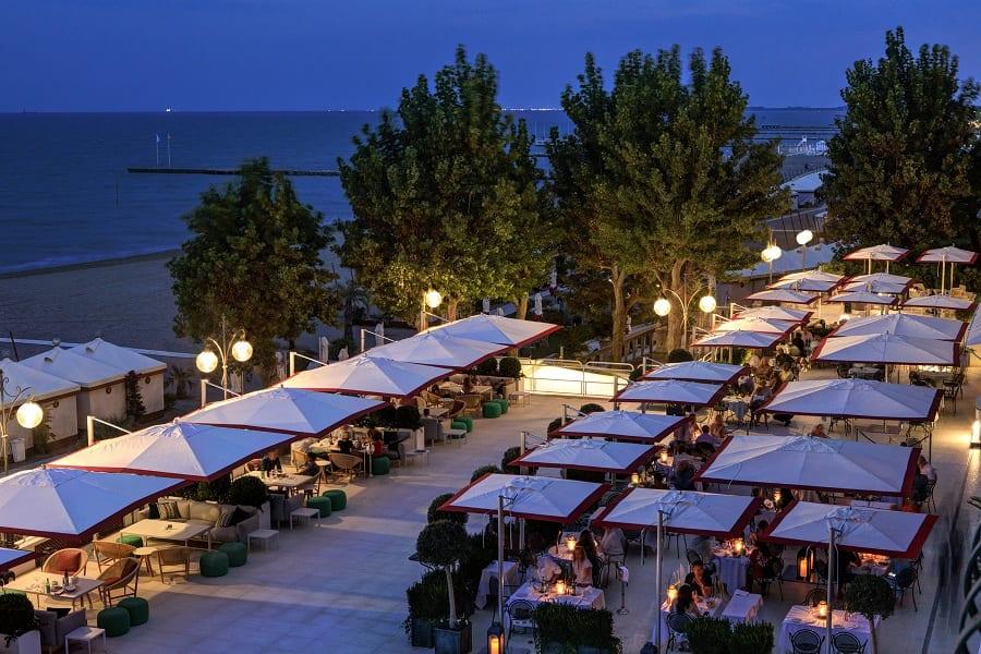 La terrazza ristorante dell'Hotel Excelsior al Lido di Venezia, di sera