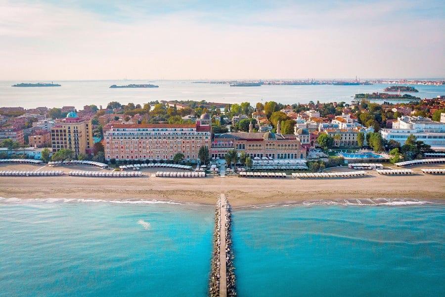 L'hotel Excelsior al Lido di Venezia, visto dall'alto, con la spiaggia
