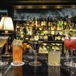 Una serie di cocktail sul bancone di un bar